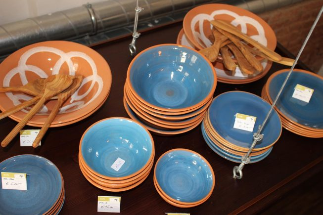 Küchenaccessoires aus Keramik und Olivenholz bei Villa Maria…